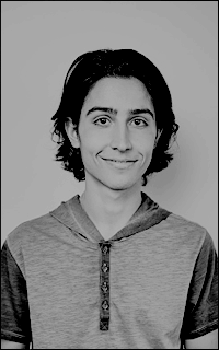 Lorenzo James Henrie. 6e9j